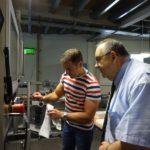 Vertriebsleiter Michael Itzenhäuser erklärt den Verpackungsprozess. Foto: nh