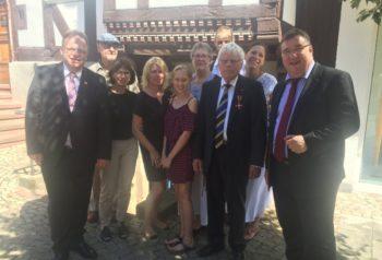 Landrat Winfried Becker (li.), Gerd Höfer (3.v.r.) mit Familie sowie Staatssekretär Mark Weinmeister (re.). Foto: nh