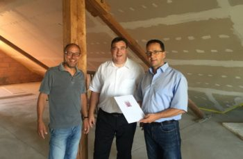 Gemeindevorstandsmitglied Jörg Schnitzerling, Mark Weinmeister und Bürgermeister Thomas Petrich (v.l.). Foto: nh