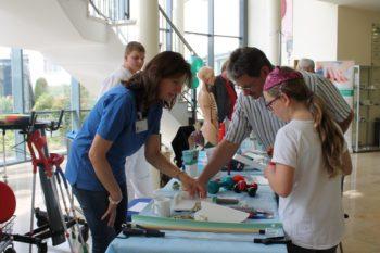 Interessante Informationen: Physiotherapeutin Grazyna Jagielski (links) und ihre Kolleginnen und Kollegen aus unterschiedlichen Therapie- und Pflegeberufen stellten verschiedene medizinische Hilfsmittel vor. Foto: nh