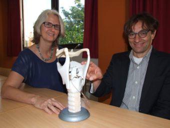 Neuen Ausbildungsberuf im Angebot: Dozentin Franca Domes-Moesbergen und Schulleiter Mizrab Akgöz mit einem Kehlkopfmodel. Foto: Klein