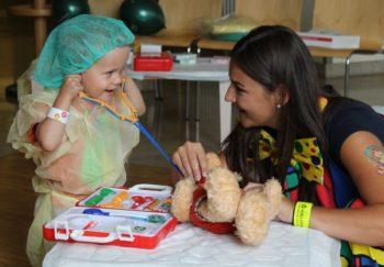 """Keine Angst vorm Doktor: Theresa Kessler und ihre Kolleginnen aus dem zentralen Untersuchungs- und Behandlungsbereich, verarzteten mit den jüngsten Besuchern """"kranke Teddys"""" und Puppen. Foto: nh"""