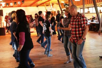 Die Setliste der Songs wurde in Zusammenarbeit mit Line Dancern zusammengestellt, damit richtig gutes Feeling auf die Tanzfläche kommt. Foto: nh