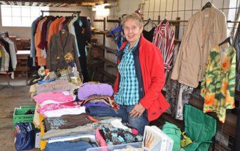 Annemarie Folger aus Melsungen an ihrem Stand mit Kleidung und vielem mehr. Foto: Reinhold Hocke