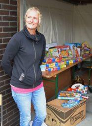Sabine Röhner verkaufte in der Garage ihrer Schwiegereltern Spielsachen mit ihrem Sohn Louis. Foto: Reinhold Hocke