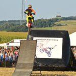 Motorrad-Akrobat Nauman bei seinen Sprungvorführungen. Foto: Reinhold Hocke