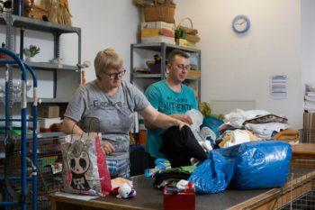 """Die beiden Mitarbeitenden der """"Fundgrube"""", Ilona Schröder und Alexey Kusnezow, bei der Arbeit. Foto: Hephata"""