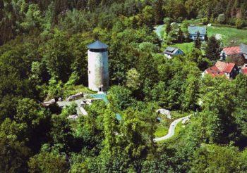 Die Burgruine Löwenstein von oben. Foto: Gemeinde Bad Zwesten