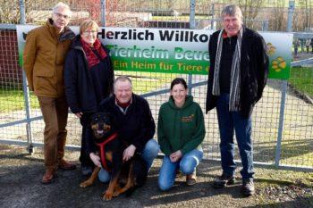 Besuch der Grünen-Kreistagsfraktion im Tierheim Beuern im Februar 2016: Andreas Gründel, Dorothea Pampuch, Ralf Pomplum, Mandy Lindner und Hermann Häusling (v.l.). Foto: nh