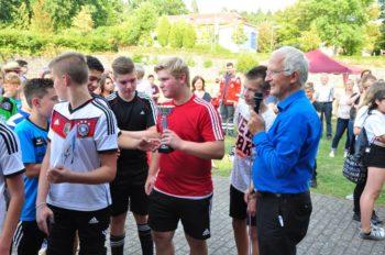 Dekan Christian Wachter bei der Pokalübergabe an die zweiten Sieger: Konfirmandinnen und Konfirmanden aus dem Kirchspiel Frielendorf. Foto: nh
