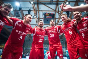 """Tanz der Sieger"" aus dem letzten Spiel gegen den VfL Gummersbach. Foto: Alibek Käsler"