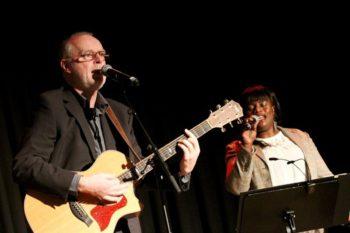 Pata Moto: Florence Viereck (Gesang) und Frank Sommerfeld (Gitarre). Foto: Rainer Sander