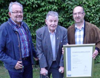 Karl-Heinz Monatnus (rechts) ist neuer Obermeister der Schuhmacher-Innung Schwalm-Eder. Zum Ehrenobermeister wurde Karl-Heinz Schott (Mitte) gewählt. Hans-Heinrich Siebert (rechts) wurde erneut zum stellvertretenden Obermeister gewählt. Foto: Kreishandwerkerschaft Schwalm-Eder