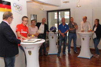 Erster Stadtrat Detlef Schwierzeck mit Florian Orth, dessen Familie und weiteren Gästen. Foto: Stadt Schwalmstadt