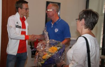 Florian Orth mit Jochen Helwig und Renate Spanknebel vom ESV Jahn Treysa (v.l.). Foto: Stadt Schwalmstadt