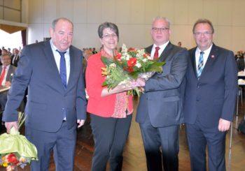 Kreistagsvorsitzender Michael Kreuzmann, Jürgen Kaufmann mit Frau und Landrat Winfried Becker. Foto: nh