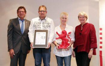 Übergabe der silbernen Auszeichnung: Johann Ferber, Aufsichtsratsvorsitzender der MGH Gutes aus Hessen GmbH, Jens Griesel und Julia Burck von Griesels Milchhof sowie Staatssekretärin Dr. Tappeser. Foto: nh