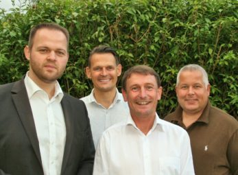 Die Fraktionsvorsitzenden Engin Eroglu (FWG), Constantin Schmitt (FDP), Bürgermeisterkandidat Frank Pfau, Karsten Schenk (CDU) (v.l.). Foto: nh