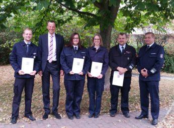 Daniel Heck, Bürgermeister Heinrich Vesper, Mareike Faust, Hannah Lea Hoos, Harald Thiel und Gemeindebrandinspektor Ralf Lipphardt (v.l.). Foto: nh