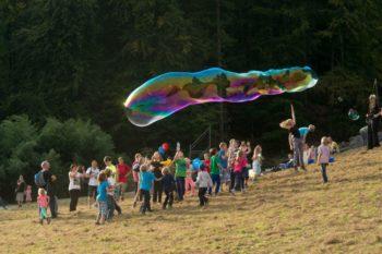Kunterbunten Spaß gibt es mit XXL-Seifenblasen-Künstler David Friedrich in der Wagnergasse. Foto: nh