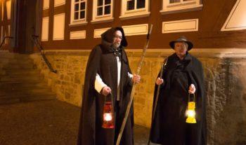 """Kümmern sich um die stimmungsvollen Abendrundgänge in Melsungen: """"Flößer"""" Helmut Nipshagen und Volker Wiegand. Foto: nh"""