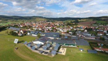 Blick über die Kirchner Solar Group auf Alheim-Heinebach. Foto: nh
