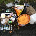 Gesammelter Müll am Parkplatz des DGH. Foto: nh