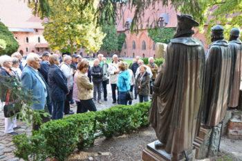 Vor dem Denkmal der Hochmeister auf der Marienburg. Foto: HQ MNCNE und Reinhold Hocke