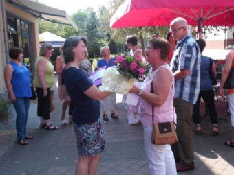 Eva Riedinger, stellvertretende Leiterin des Zentralbereichs Wirtschaft und Versorgung, bedankte sich bei Inge Dietrich (rechts). Foto: nh