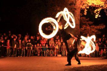 Zum Abschluss des Lichterfestes wird um 19.30 Uhr eine sehens- und erlebenswerte Feuershow gezeigt. Foto: Tierpark Sababurg