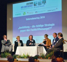 Diskutierten auf dem Podium: Prof. Dr. Bernd Kriegesmann (Präsident Westfälische Hochschule Gelsenkirchen), Dorothea Pampuch (AWO-Altenpflege), Annette Raabe (Dr. Schumacher GmbH), Antje Nienkemper-Janke (Moderation), Jürgen Pfaar (Tischlerei Pfaar GmbH) und Ralf Klinder (Berufliche Schulen des Schwalm-Eder-Kreises) (v.l.). Foto: nh