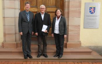 Bürgermeister Klemens Olbrich, Ortsgerichtsvorsteher Valentin Herrmann und Direktorin Dr. Gudrun Labenski (v.l.). Foto: nh