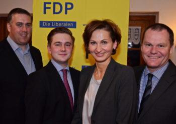 Elias Knell (2.v.l.) ist der FDP-Kandidat zur Bundestagswahl. Ihm gratulierten die hessische Generalsekretärin der FDP; Bettina Stark-Watzinger, sowie die beiden Kreisvorsitzenden Nils Weigand (FDP Schwalm-Eder, links) und Dieter Schütz (Waldeck-Frankenberg, rechts). Foto: Reinhold Hocke