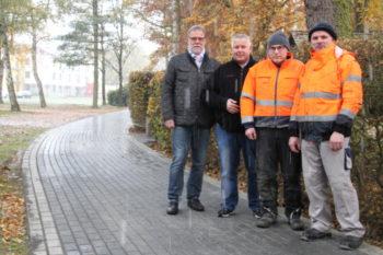 Detlef Schwierzeck, Karsten Schenk und die Bauhofmitarbeiter Marius Becker und Friedrich Drehling. Foto: nh
