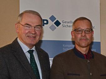 GSP-Sektionsleiter Reinhold Hocke (links) mit Referent Oberst i.G. Dr. Michael A. Tegtmeier. Foto: nh