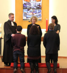 Pfarrer Maik Dietrich-Gibhardt, Prälatin Marita Natt und Diakonin Kathrin Rühl (v.l.) bei der Einsegnung neuer Diakoninnen und Diakone. Foto: nh