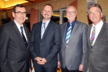 Freut sich auf eine gute Zusammenarbeit: Der Vorstand des IHK-Regionalausschusses Schwalm-Eder mit dem Vorsitzenden Karl-Otto Winter (links), Karl-Heinz Imberger (Dritter v.l.) und Meinhard Puhl (rechts) mit Eugen Knoth. Foto: IHK