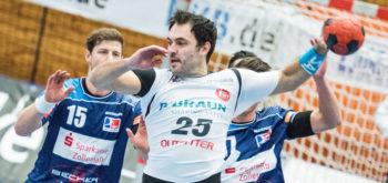 MT-Kapitän Michael Müller (25) gibt Martin Strobel (15) das Nachsehen. Foto: Alibek Käsler