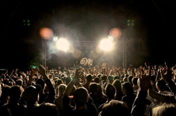 Vor der Hauptbühne drängen sich die Festivalbesucher dicht an dicht. Foto: Musikschutzgebiet