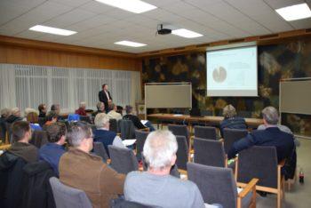 Stefan Boland von der Firma Viessmann beim Erläutern der Amortisationszeit von energetischen Maßnahmen am Gebäude. Foto: nh