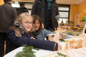 Elisa und Mutter Sonja Vesper (von links) an den Marktständen. Foto: Hephata