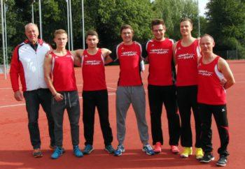 Trainer Wagner mit seinen beiden Mehrkampfteams, die in der deutschen Bestenliste zu finden sind. Foto: nh