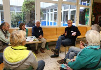 """Beim vergangenen """"Forum-Asyl.Schwalmstadt"""" diskutierten die Teilnehmenden in Einzelgruppen, hier mit Diakon Björn Keding (Dritter von rechts). Foto: nh"""