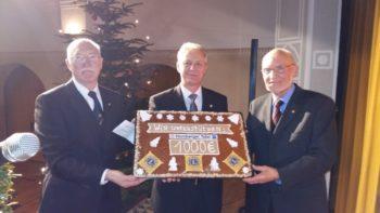 Präsident Hans-Dieter Nitsch, Jürgen Allmeroth und Peter Laukner bei der symbolischen Überreichung der Spende. Foto: nh