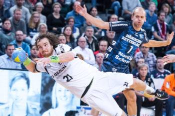 Pokalspiel am 14. Dezember 2016 in Flensburg: Timm Schneider, im Hintergrund Anders Eggert. Foto: Alibek Käsler