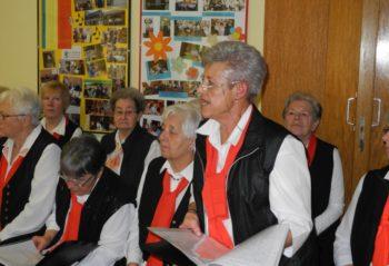 Die Vorsitzende des Frauenchores Elsbeth Müller führt durch das Programm. Foto: nh