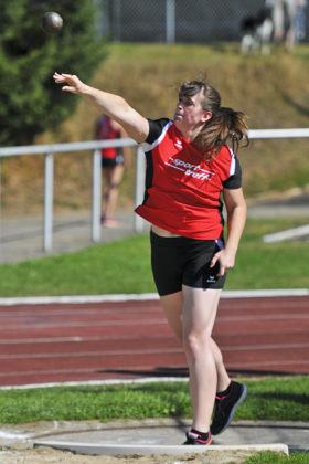 Lisa Arend kann mit einer 11m-Weite im Kugelstoßen Rang sechs erreichen. Foto: nh