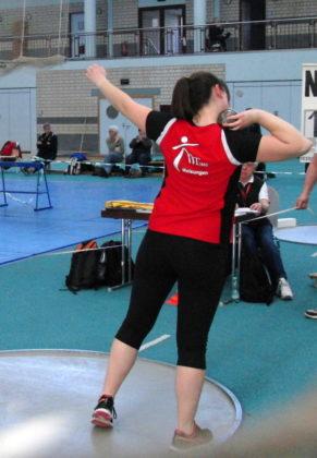 Lisa Arend machte es im Kugelstoßen der Frauen spannend. Im letzten Durchgang verbesserte sie sich auf 10,82 m und belegte damit den 6. Platz. Foto: nh