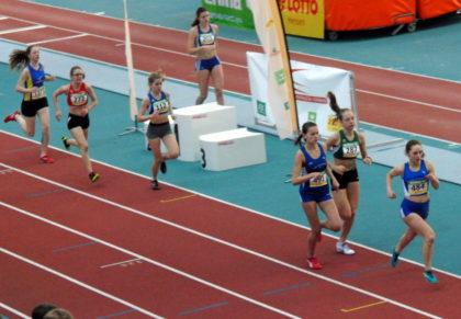Nach der Hälfte des Rennens über 800m der WU18 liegt Lynn Olson noch auf Rang fünf. Foto: nh