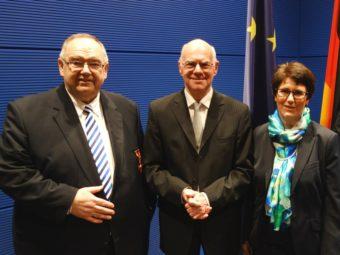 Bernd Siebert mit dem Bundestagspräsidenten Prof. Dr. Norbert Lammert und Ehefrau Erika Siebert nach der Verleihung (v.l.). Foto: nh